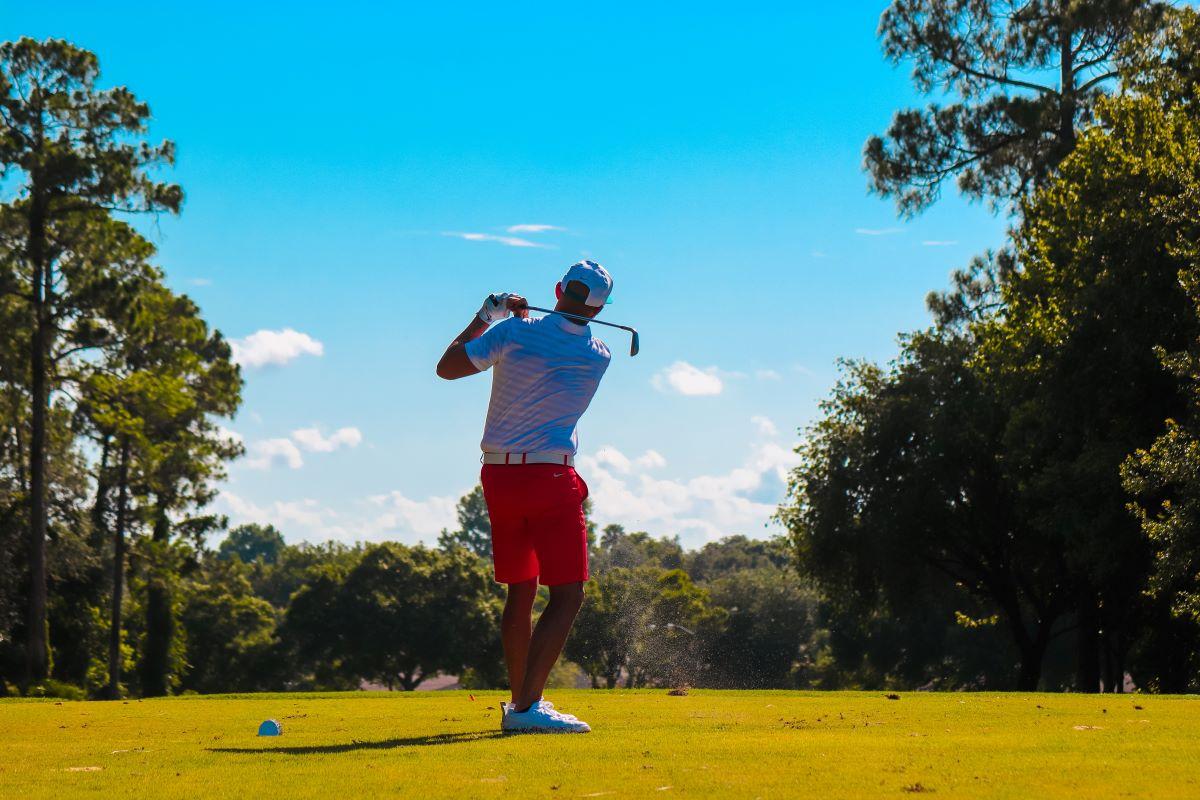 man golfing on anna maria island